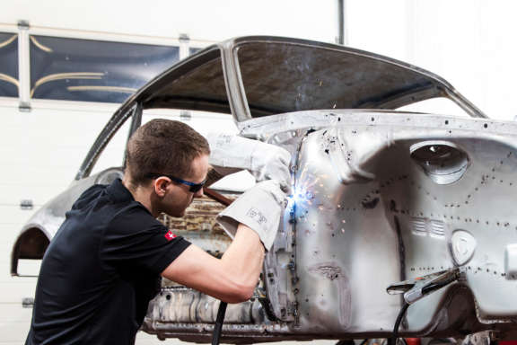 Galerie2 Bild3 Schweissarbeiten Porsche Karosserie